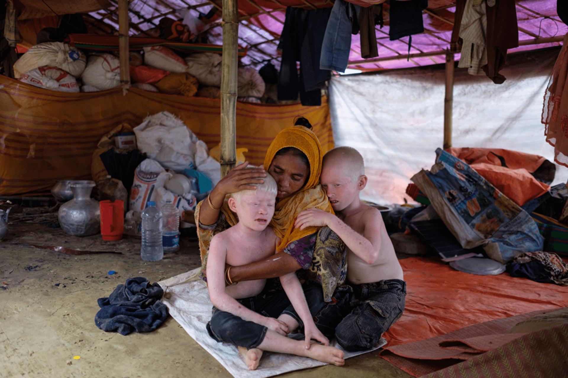 Mãe e seus filhos, refugiados Rohingyas em Bangladesh