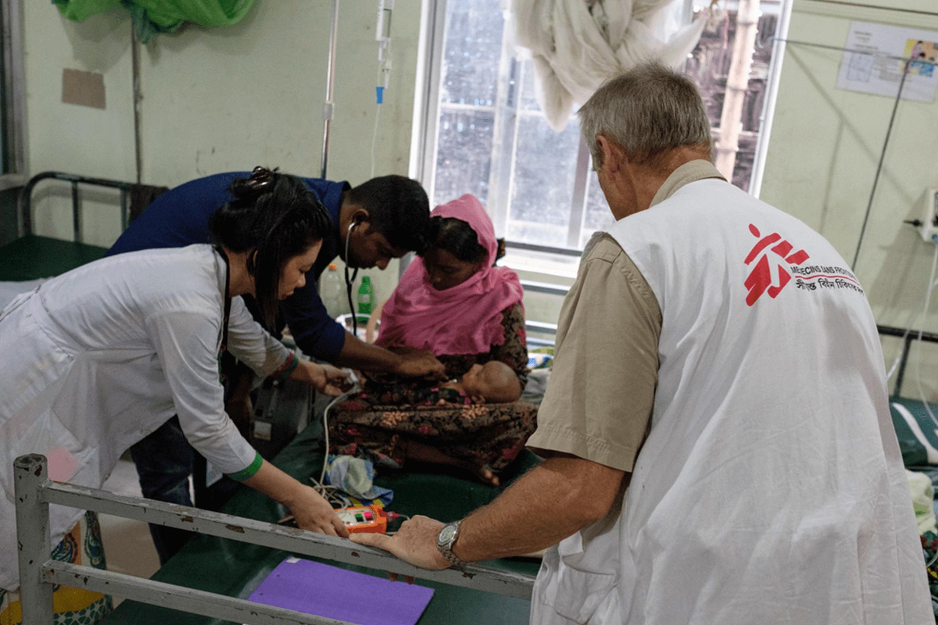 Equipe médica de MSF atende paciente em instalação em Kutupalong, Bangladesh