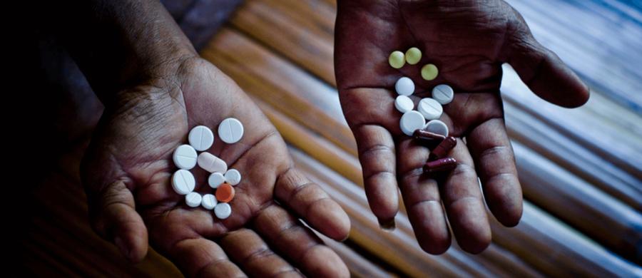 Paciente com tuberculose multi-resistente a medicamentos mostra sua dose diária de pílulas