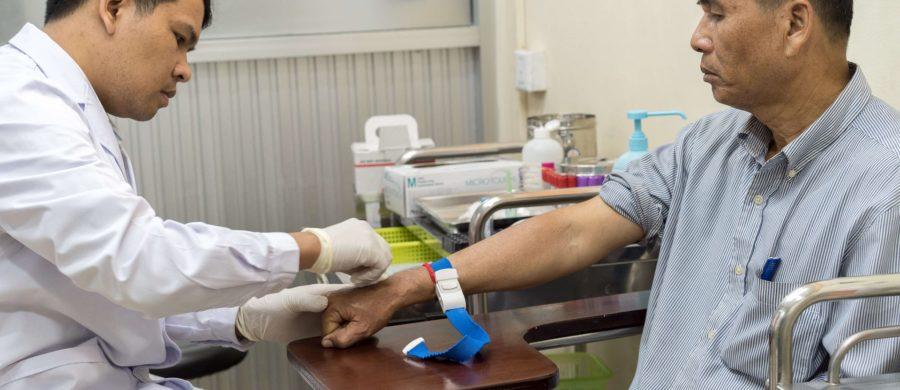 Din Savorn faz exame de sangue com técnico de laboratório de MSF, Sokchea Yan, na clínica de Hepatitis C de MSF no Hospital Preah Kossamak em Phnom Penh, Camboja