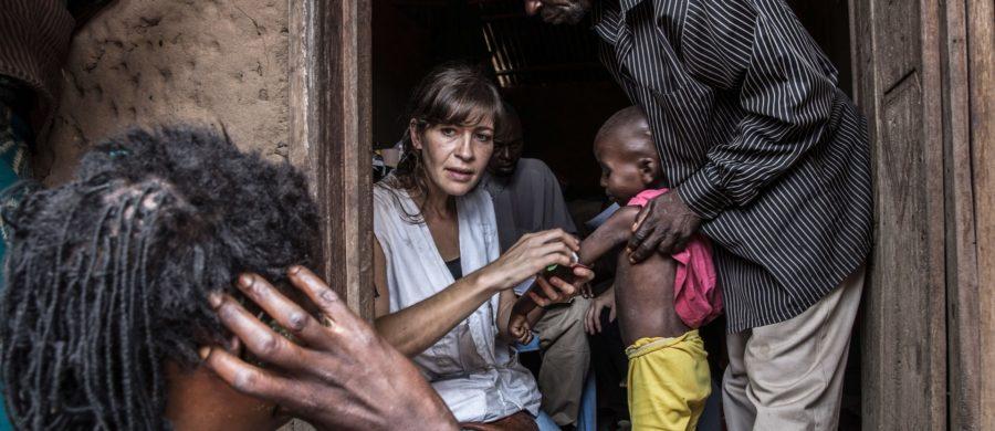 A enfermeira Maria Blanco examina uma criança malnutrida em Masanga Anai.