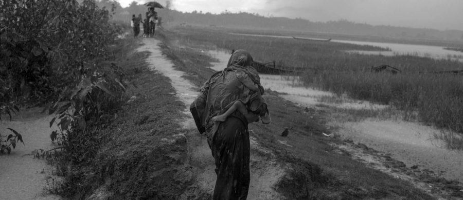 Refugiados Rohingya de Mianmar aguardam permissão para ir até os campos de refugiados perto de Cox's Bazar