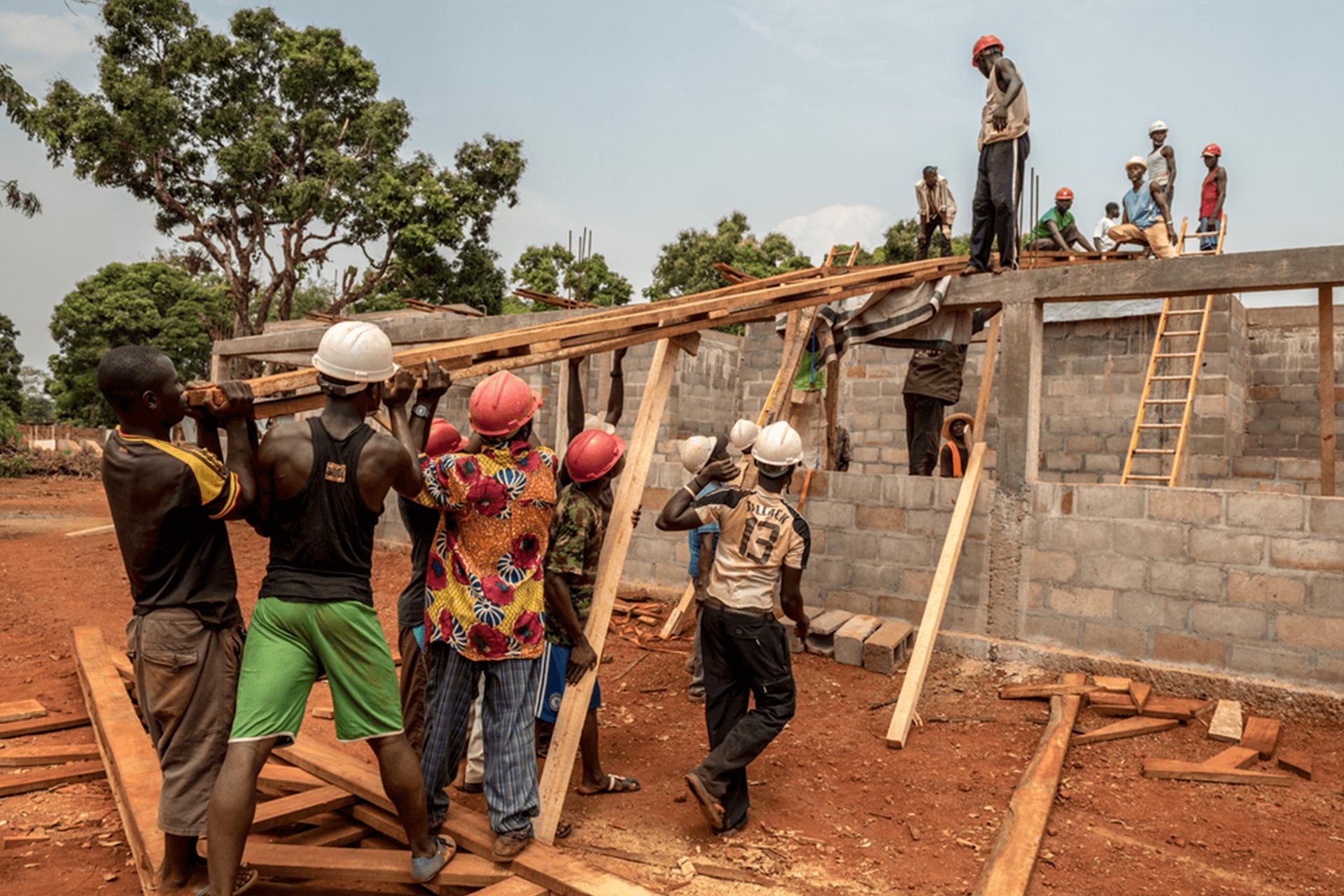 Construtores instalam a estrutura do telhado no novo departamento de emergência do hospital de Médicos Sem Fronteiras em Bangassou