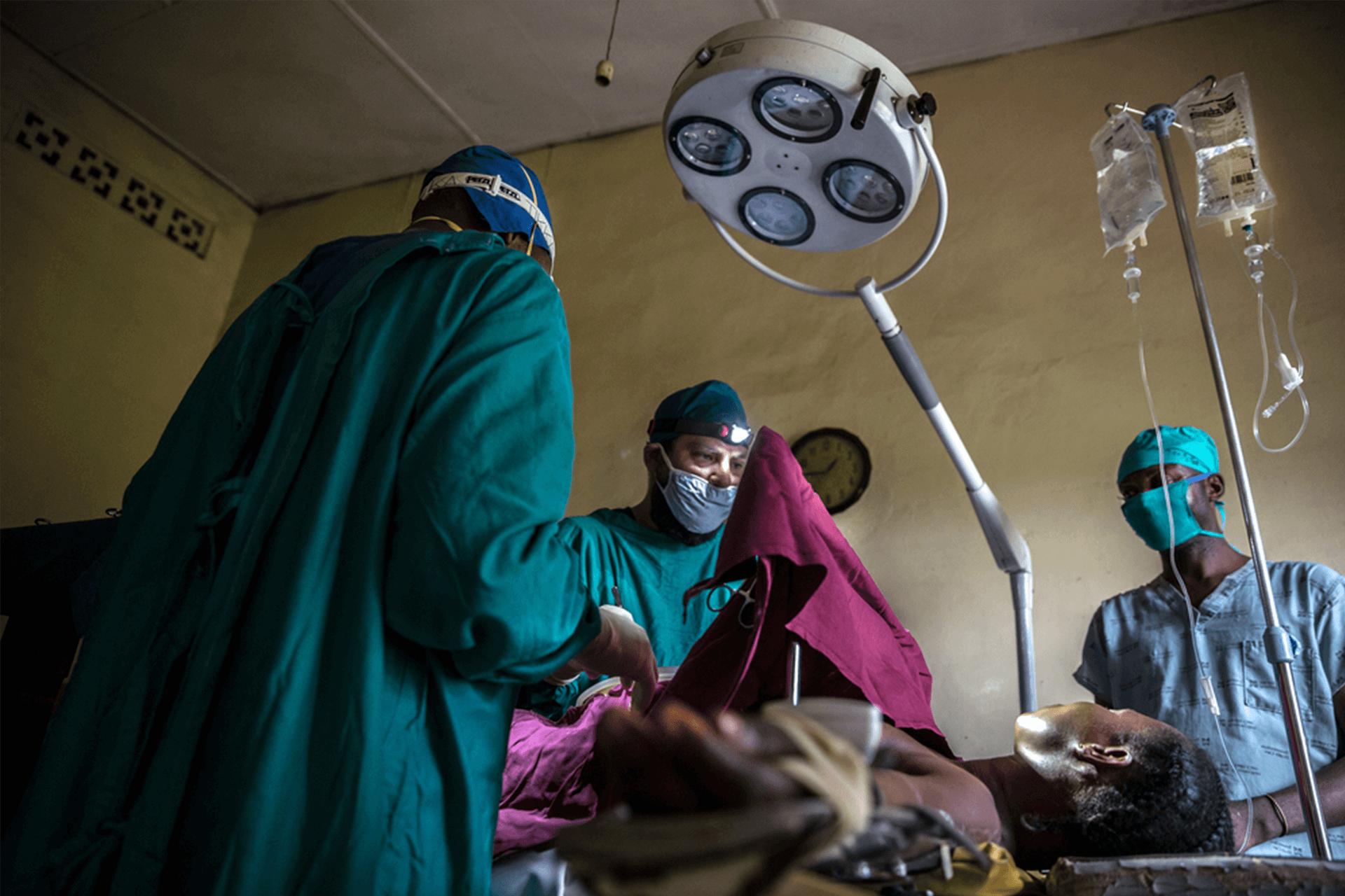 O Dr. Alex Kapuku Muanza e o Dr. Juan Diaz se preparam para uma cirurgia no centro de saúde de Ditekemena.